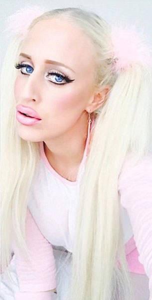 Порнозвезда Алисия Амира, которая хочет быть похожа на куклу Барби (16 фото)