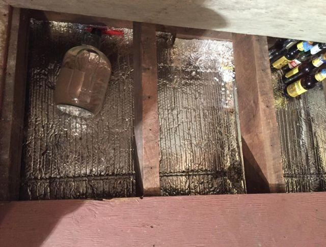 Бутылки из-под пива в полу (3 фото)