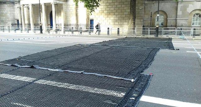 Вольфрамовые шипы остановят машины террористов (2 фото)
