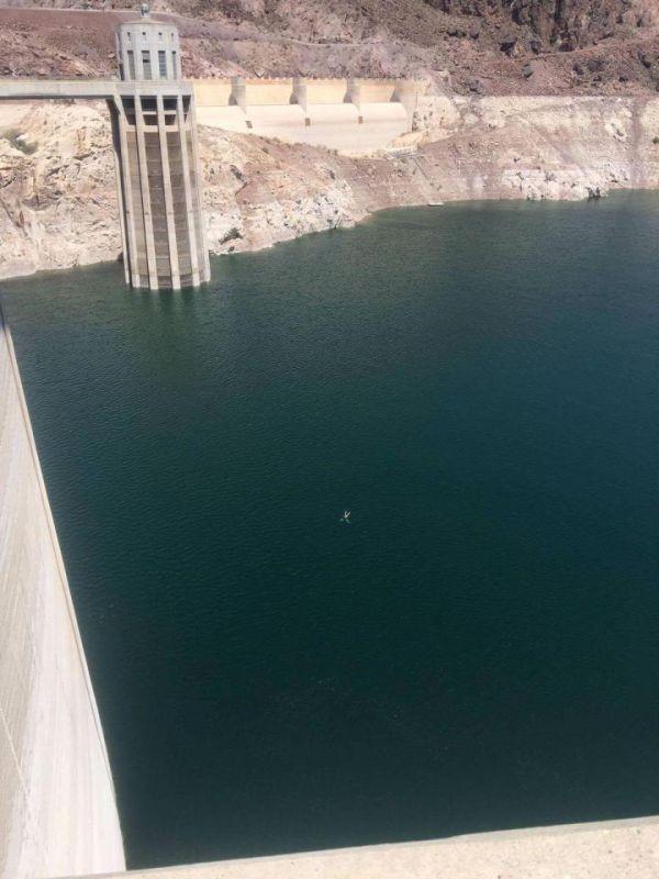 Британец переплыл водохранилище перед плотиной Гувера в США (4 фото)