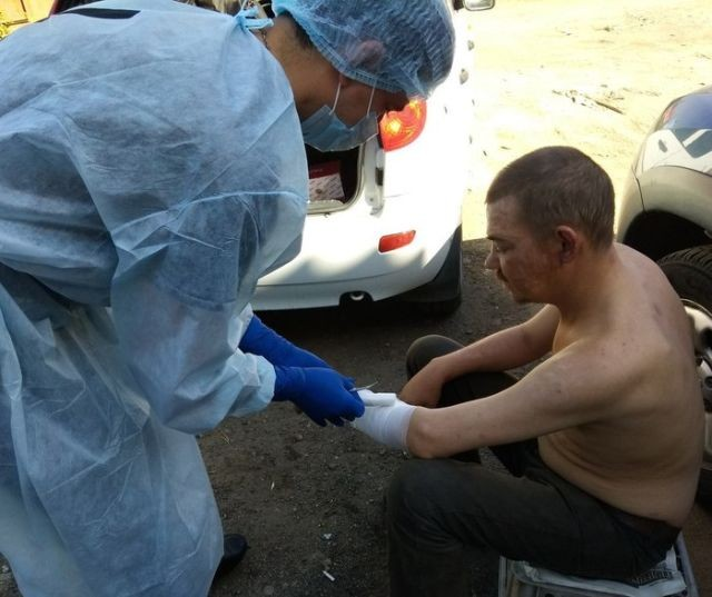 Фельдшер еженедельно ездит на теплотрассы, чтобы лечить бездомных (6 фото)