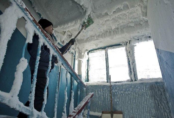 Царство снежной королевы в подъезде дома в Караганде (6 фото)