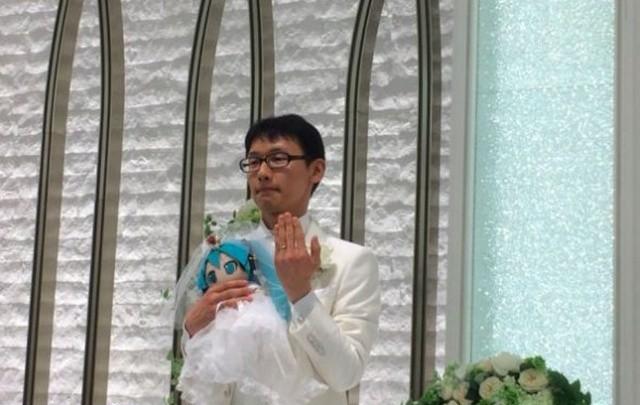 Житель Японии женился на анимешной виртуальной певице Мику Хацунэ (5 фото)