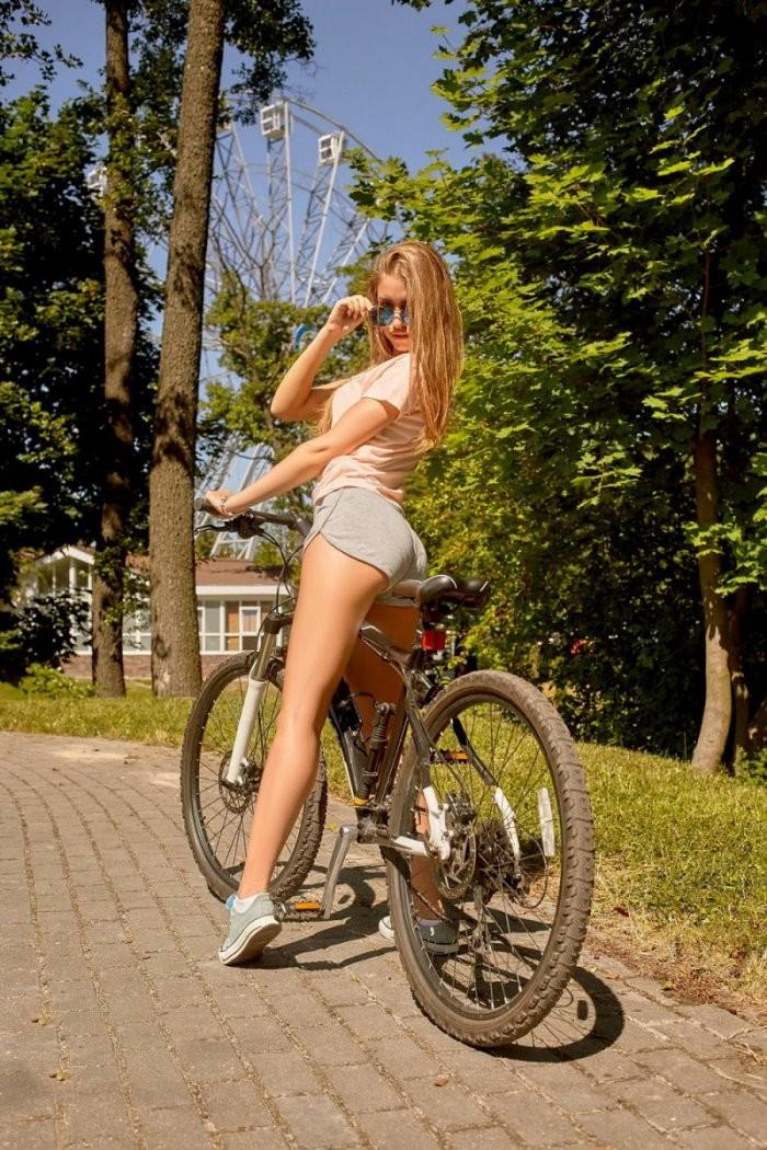 Девушки на мотоциклах и велосипедах (24 фото)