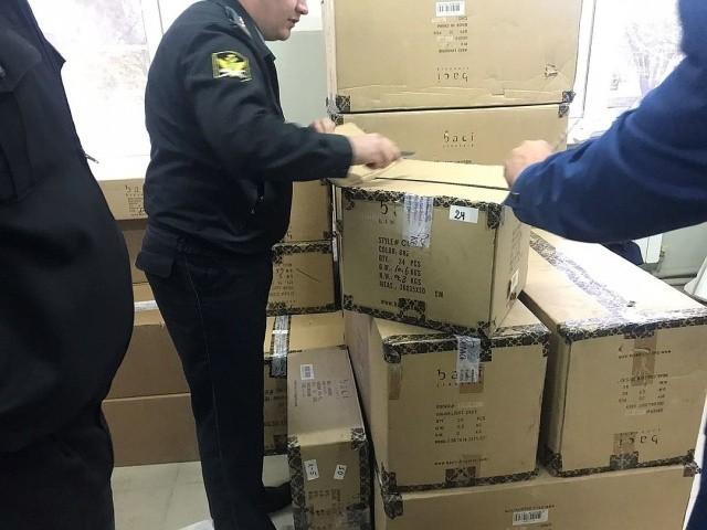 В Армавире у должника изъяли 15 тысяч интимных игрушек (7 фото)