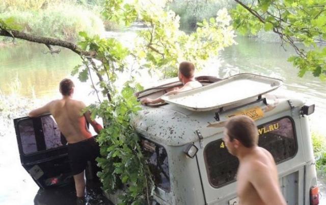 Утопили УАЗ (7 фото)