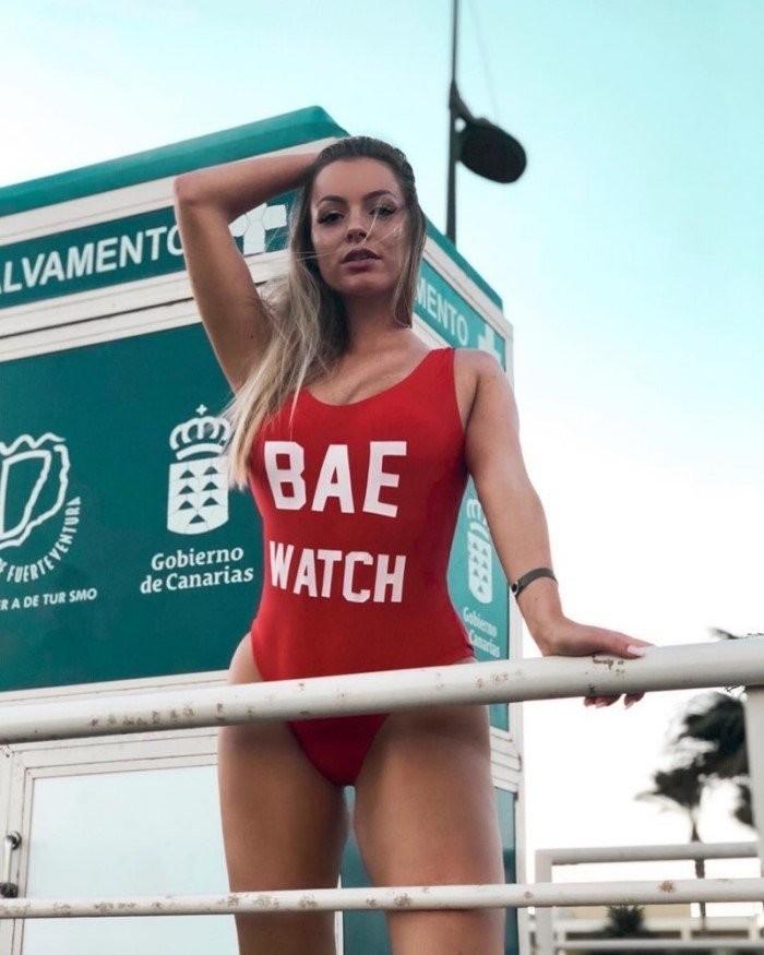 Сексуальные спасательницы на пляже (14 фото)