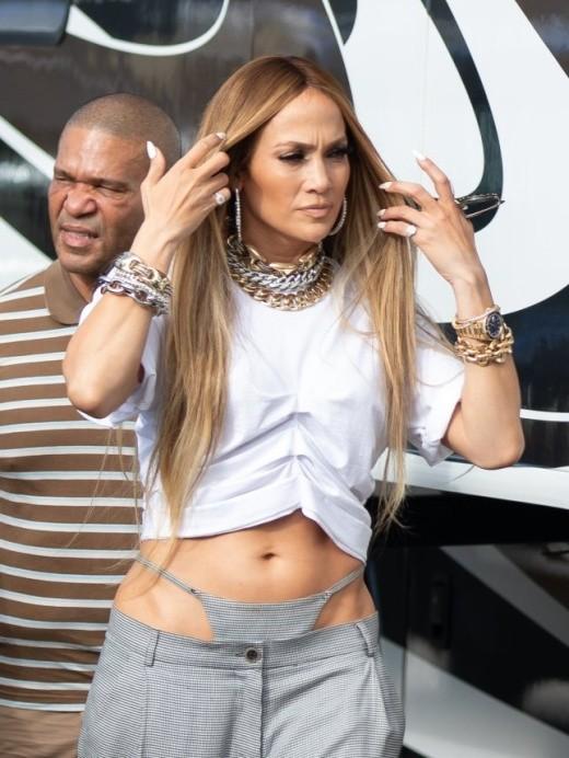 Мода, что ты делаешь? Дженнифер Лопес удивила своим нарядом (4 фото)