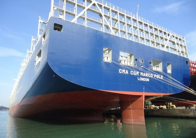 Самый большой в мире контейнерный корабль (20 фото)