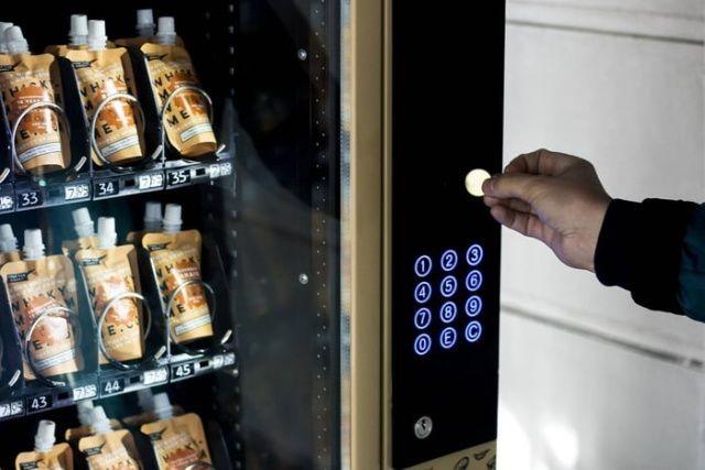 Лондонские уличные автоматы по продаже виски в пакетиках (4 фото)