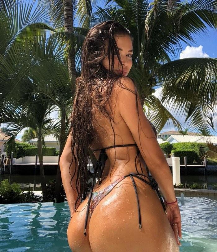 Мокрые девушки после купания (20 фото)