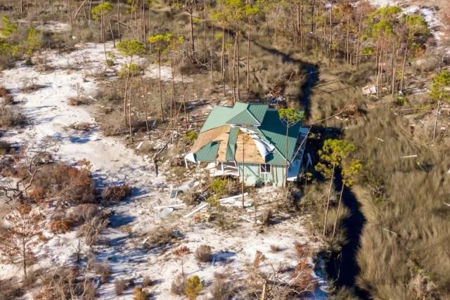 """Ураган """"Майкл"""" передвинул дом во Флориде более, чем на 350 метров (2 фото)"""