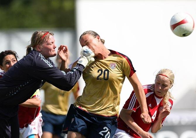 Женский футбол, жесток (2 фото)