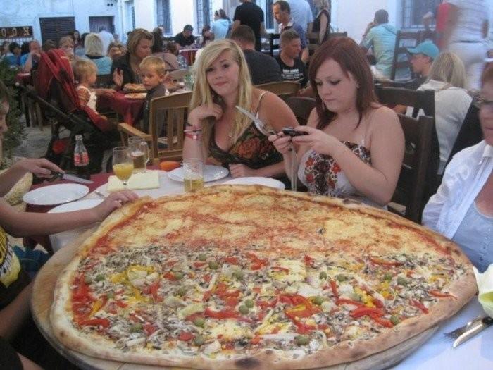 Девушки и пицца (16 фото)