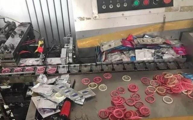 Фабрика по производству поддельных презервативов (4 фото)