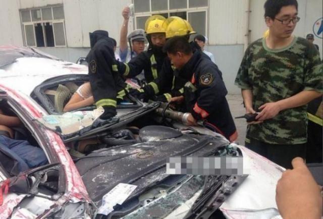 Спасение из раздавленного авто (9 фото)
