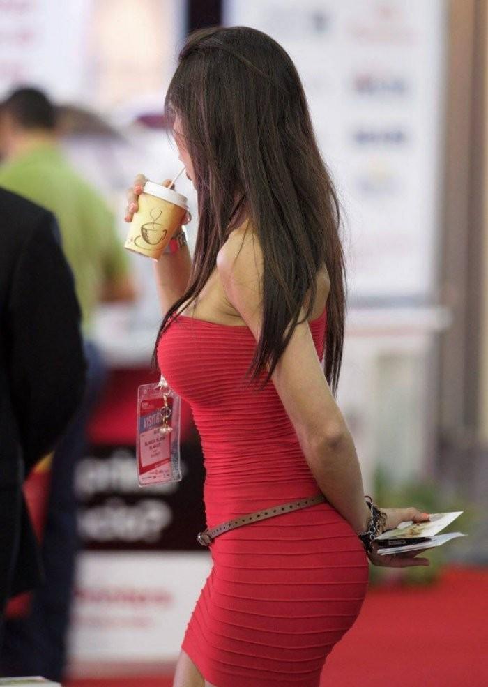 Девушки в обтягивающих платьях (32 фото)