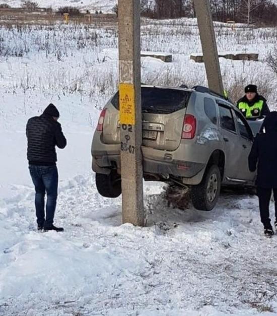 Странная авария в Альметьевске (3 фото)