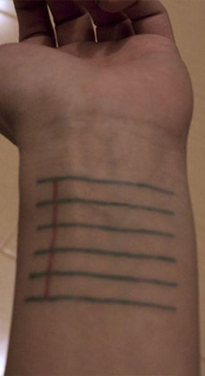 Практичная татуировка девушки-модельера (3 фото)