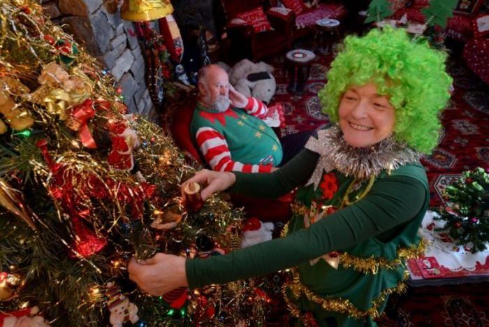 Бабушка потратила на украшения $38000 и ставит елку в августе (7 фото)