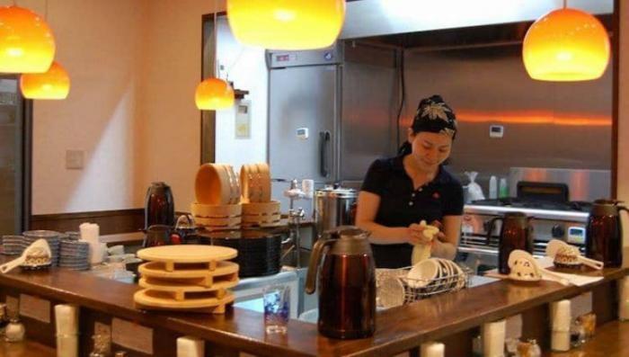 Заработал ресторан где можно поесть после смены на кухне (3 фото)
