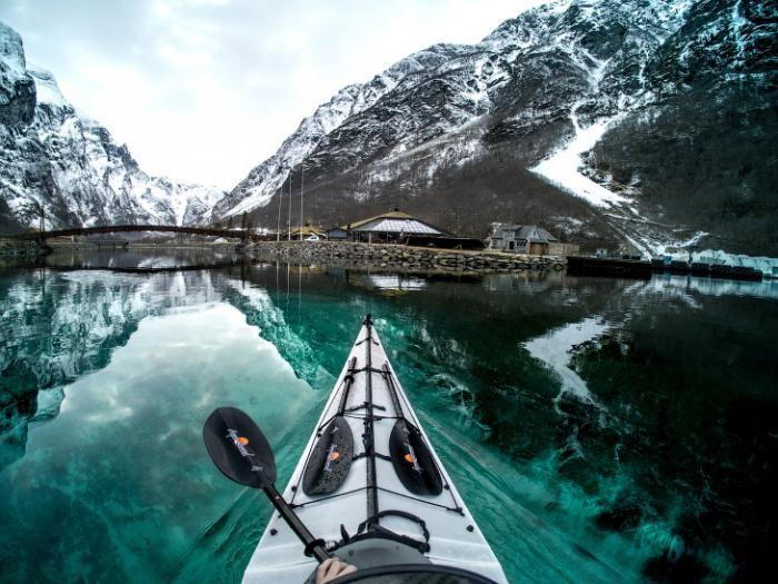 Прогулка на каяке по фьордам и озерам Норвегии (17 фото)
