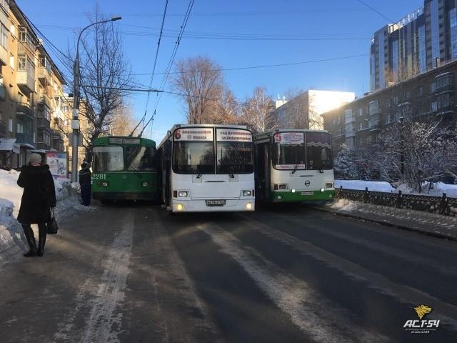 Необычный способ заблокировать дорогу (3 фото)