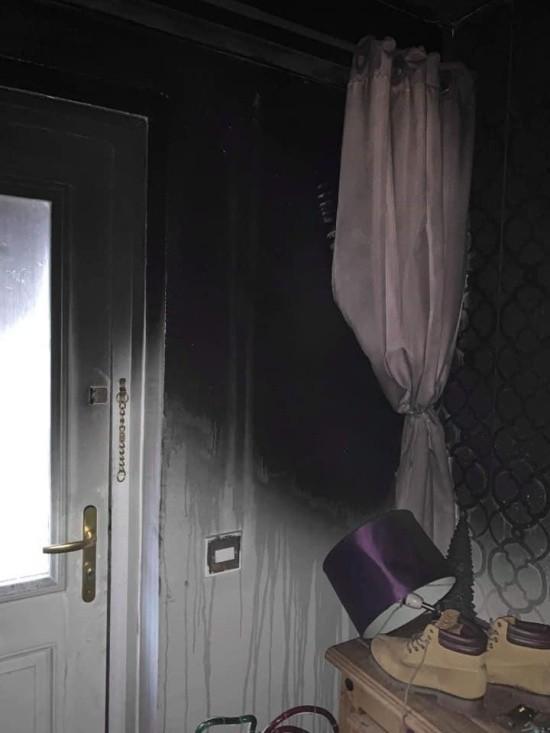 Рождественская ёлка стала причиной пожара (6 фото)