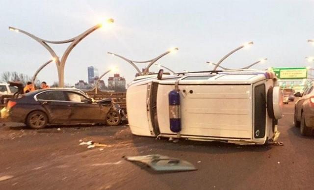 Девушка на BMW протаранила полицейский УАЗ (2 фото)