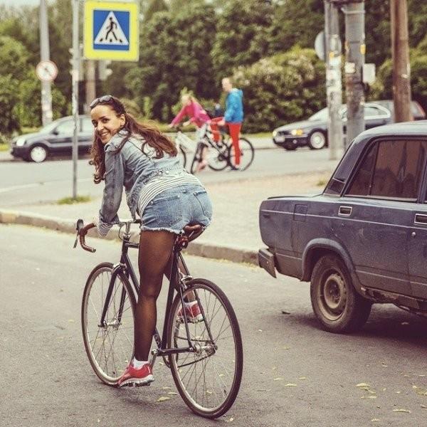 Девушки на велосипедах (50 фото)