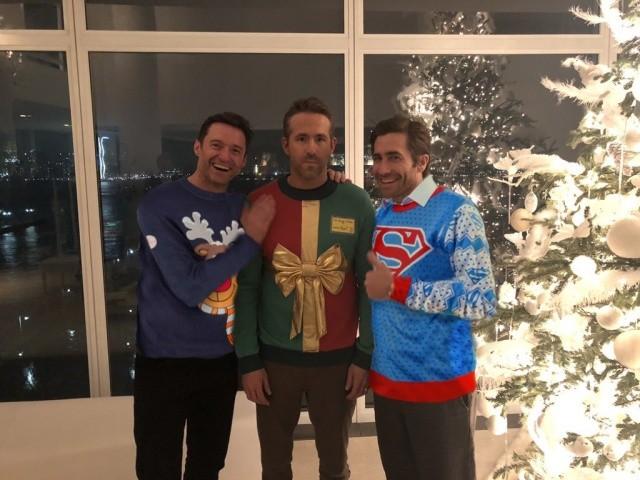 """Хью Джекман и Джейк Джилленхол пригласили Райана Рейнольдса на """"свитерную вечеринку"""" (5 фото)"""