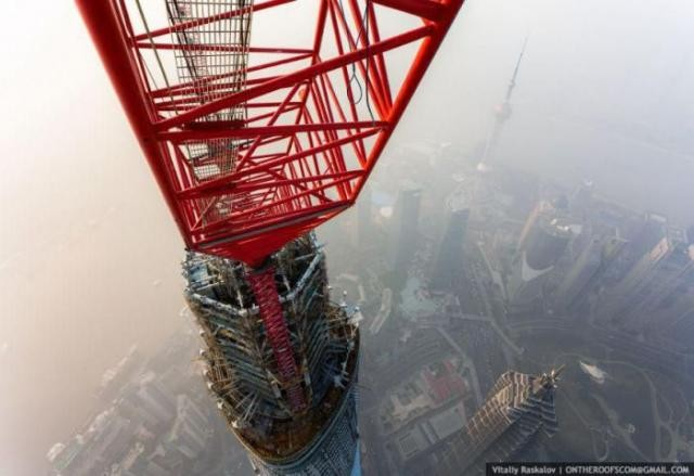 Русские руферы забрались на 650-метровую вышку в Китае (13 фото)