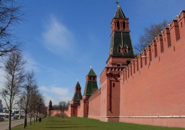 Почему зубцы кремлевской стены имеют такую форму? (7 фото)
