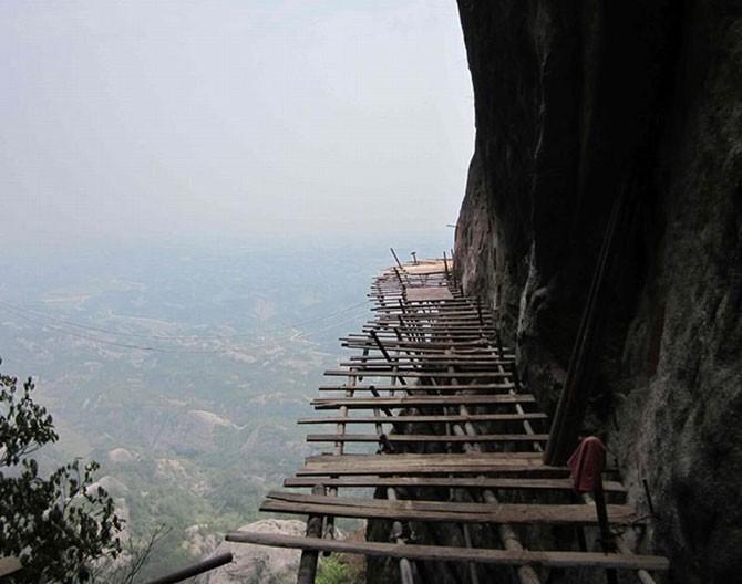 Бетонная дорога на отвесной скале (17 фото)
