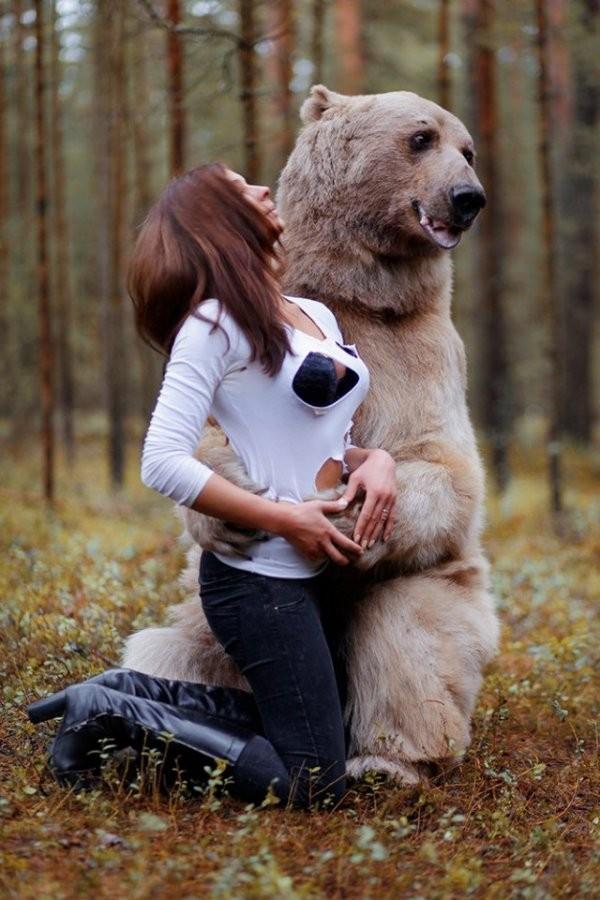 Красивая девушка с медведем (10 фото)