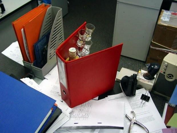 Самая нужная папка в офисе (4 фото)