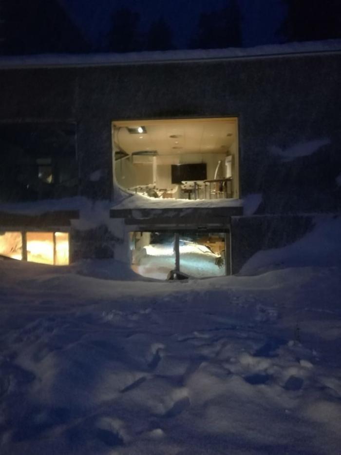 В Швейцарии снежная лавина сошла на отель с постояльцами (14 фото)