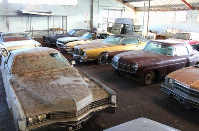 Заброшенный склад раритетных автомобилей во Франции (13 фото)
