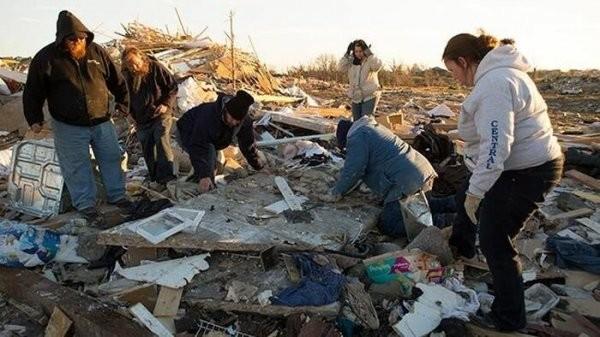 """Мужчина отыскал своего """"друга"""" после урагана (9 фото)"""