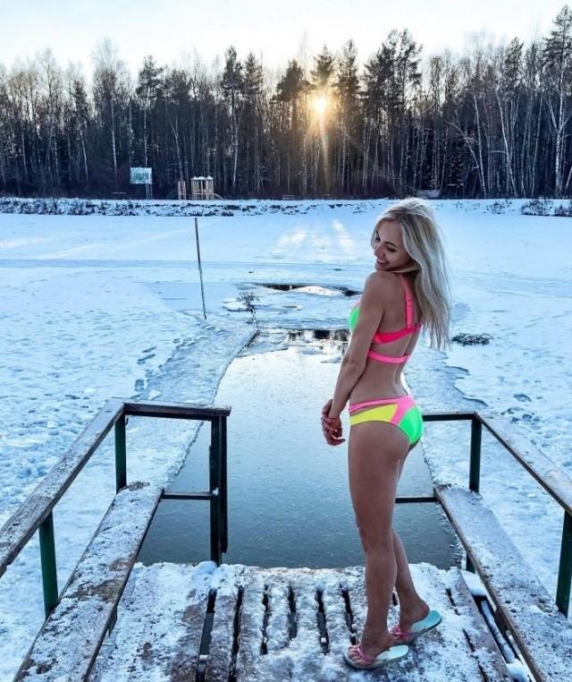30 симпатичных девушек на Крещенских купаниях 2019 года