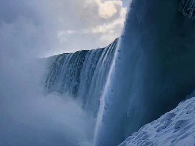 Из-за сильных морозов в США частично замерз Ниагарский водопад (7 фото)