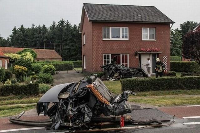 Жуткая авария, в которой Audi S8 разлетелась на куски (11 фото)