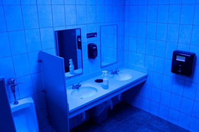 Синяя подсветка в общественных туалетах (5 фото)