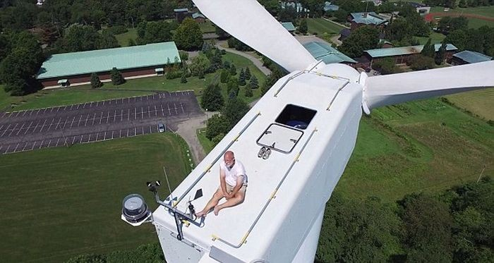 Дрон помешал уединиться мужчине на 60-метровом ветряке (6 фото)