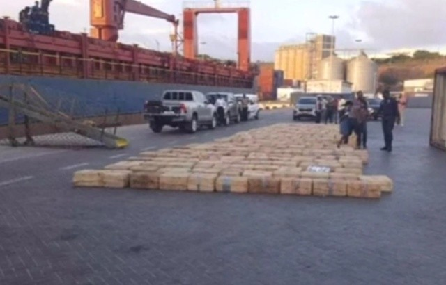 Полиция показала 9,5 тонн кокаина с задержанного судна ESER (5 фото)