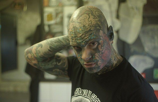 Учитель начальных классов полностью забил тело татуировками (7 фото)