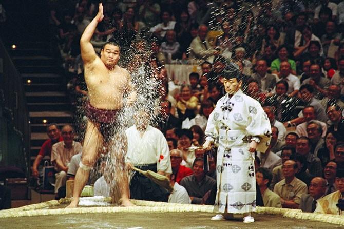 Жизнь борцов сумо (22 фото)