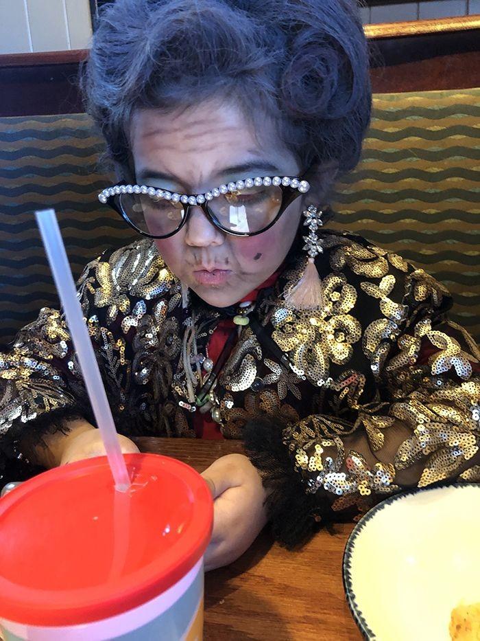 Шестилетняя малявка отменно закосила под 100-летнюю бабулю (5 фото)