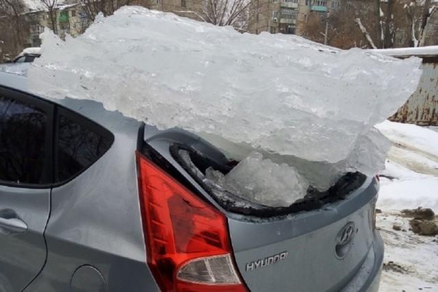 Почему не следует парковаться близко к зданиям в оттепель? (2 фото)