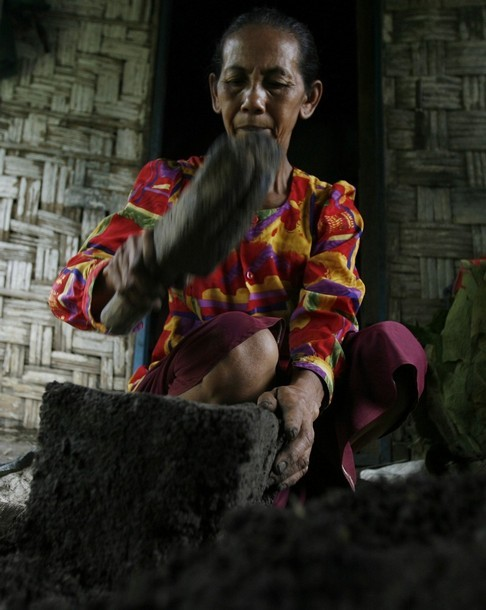 Деревня, в которой едят землю (6 фото)